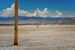 Os polos de poder alinharam abaixo dos planos de sal em Utá imagens de stock