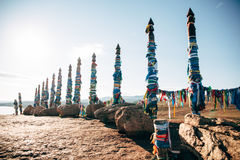 Os polos de Shamanic amarrados coloriram fitas Fotografia de Stock Royalty Free