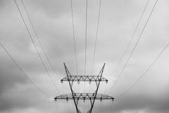 Os polos e os fios da eletricidade fecham-se acima Foto de Stock