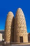 Os pombos que sentam-se em polos dos pássaros elevam-se na vila cultural de Katara, Doha, Catar fotos de stock