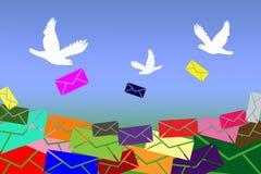 Os pombos trazem letras Imagens de Stock