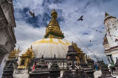 Os pombos voam em torno do stupa de Swayambhunath, Kathmandu, Nepal foto de stock royalty free