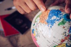 os ponteiros no globo, turistas do close-up estão planejando encontrar em fotografia de stock royalty free