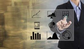 Os pontos da mão do homem de negócios ao gráfico de negócio financiam a estratégia fotografia de stock