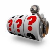 Os pontos de interrogação no slot machine rodam o risco da incerteza Fotografia de Stock