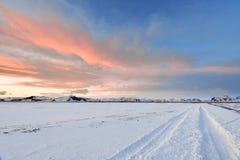 Os pores do sol e os reflets fora das nuvens que criam a nuvem muito vívida Fotografia de Stock Royalty Free
