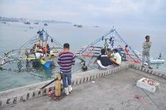 Os porteiros estão carregando o atum no caminhão à fábrica do marisco na cidade de General Santos Imagem de Stock Royalty Free