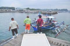 Os porteiros estão carregando o atum no caminhão à fábrica do marisco na cidade de General Santos Foto de Stock