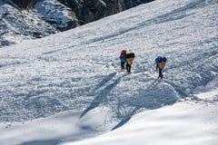 Os porteiros que cruzam Cho La passam na região de Everest, Nepal Fotos de Stock