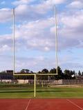 Os postes esvaziam nuvens do campo de futebol Imagens de Stock Royalty Free