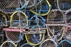 Os potenciômetros de peixes da lagosta e do caranguejo pescaram as caixas empilhadas no porto fotografia de stock royalty free
