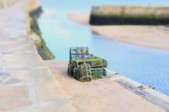 Os potenciômetros de peixes da lagosta e do caranguejo pescaram as caixas empilhadas no porto imagens de stock royalty free