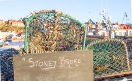 Os potenciômetros de caranguejo com stoney quebraram o sinal na frente do porto Imagem de Stock Royalty Free