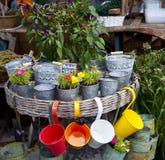 Os potenciômetros de flor e os vasos coloridos no ar livre compram Fotos de Stock Royalty Free