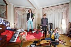 Os povos à moda novos estão na sala retro. Imagens de Stock Royalty Free