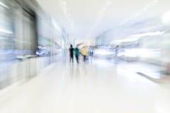 Os povos abstratos do borrão no shopping luxuoso bonito centram Fotografia de Stock