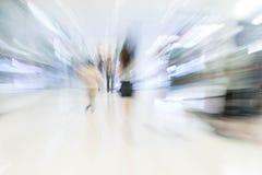 Os povos abstratos do borrão no shopping luxuoso bonito centram Fotos de Stock