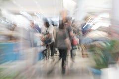 Os povos abstratos do borrão no shopping luxuoso bonito centram Imagens de Stock Royalty Free
