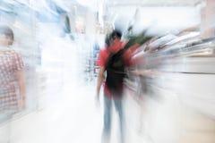 Os povos abstratos do borrão no shopping luxuoso bonito centram Imagem de Stock