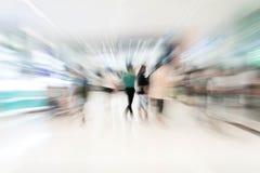 Os povos abstratos do borrão no shopping luxuoso bonito centram Fotografia de Stock Royalty Free