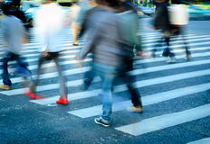 Os povos aglomeram-se no cruzamento de zebra Imagem de Stock