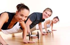 Os povos agrupam fazer exercícios da aptidão Imagem de Stock Royalty Free