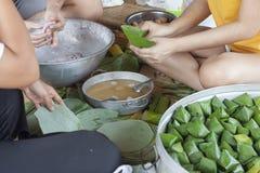 Os povos ajudam a fazer a sobremesa enchida da pirâmide da massa para a adoração do deus foto de stock royalty free