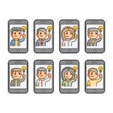Os povos ajustados da arte do pixel comunicam-se em smartphones Foto de Stock Royalty Free