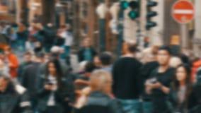 Os povos anônimos ocupados fora de foco estão andando A multidão de povos no megapolis cruza a rua e passa-se vídeos de arquivo
