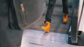 Os povos anônimos que andam na escada rolante levantam no shopping video estoque