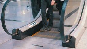 Os povos anônimos que andam na escada rolante levantam no shopping filme