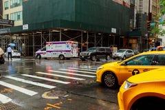 Os povos andam ao longo da rua do oeste 42nd em New York Quase 19 milhões de pessoas vivem na área metropolitana de New York City Fotos de Stock
