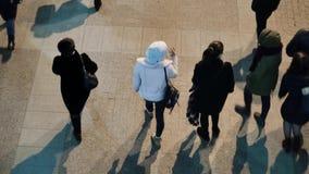 Os povos andam ao longo de uma rua movimentada Vista de acima vídeos de arquivo