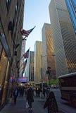 Os povos andam após o auditório de rádio da cidade na 6a avenida em New York Imagens de Stock Royalty Free