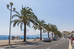 Os povos andam em Promenade des Anglais em agradável, França imagem de stock royalty free