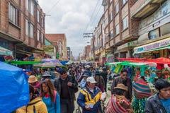 Os povos andam em um mercado em El Alto, Bolívia fotos de stock royalty free