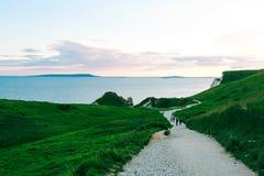 Os povos andam na costa jurássico, Dorset, Reino Unido Fotografia de Stock