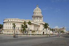 Os povos andam na frente da construção de Capitolio em Havana, Cuba Imagem de Stock