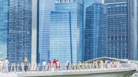 Os povos andam na ponte pedestre da cidade com construção moderna exterior Imagem de Stock Royalty Free