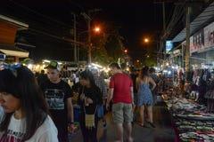Os povos andam no mercado do th, rua de passeio famosa de domingo em Chiang Mai, Tailândia O mercado é Imagem de Stock