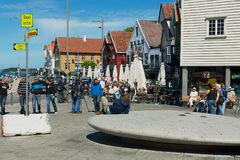 Os povos andam pela rua do beira-mar em Stavanger, Noruega fotografia de stock
