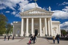 Os povos andam pelo quadrado da catedral em Vilnius, Lituânia fotografia de stock royalty free