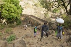 Os povos andam pelo trajeto do campo em Bahir Dar, Etiópia Fotos de Stock Royalty Free