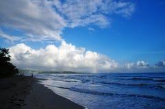 Os povos andam sobre o La Diamond Beach o 31 de dezembro de 2016, ilha de Martinica, menos Foto de Stock Royalty Free