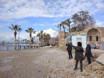 Os povos apreciam andar através do lado de Antalya na praia em um dia ensolarado imagens de stock royalty free