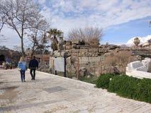 Os povos apreciam andar através do lado de Antalya na praia em um dia ensolarado fotos de stock royalty free