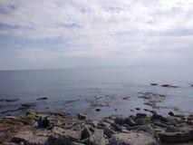 Os povos apreciam andar através do lado de Antalya na praia em um dia ensolarado imagem de stock royalty free