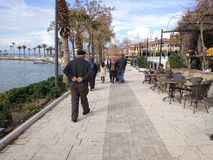 Os povos apreciam andar através do lado de Antalya na praia em um dia ensolarado imagens de stock