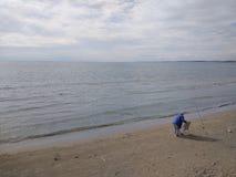 Os povos apreciam andar através do lado de Antalya na praia em um dia ensolarado foto de stock royalty free
