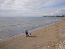 Os povos apreciam andar através do lado de Antalya na praia em um dia ensolarado fotografia de stock royalty free